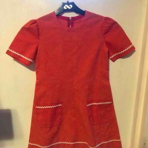 En barnklänning i retrostil