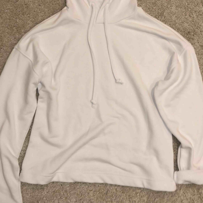 Snygg hoodie ifrån Cubus. Den var inte riktigt min smak, därav att jag lägger ut den på plick. Köpt i vintras knappt använd. 💕. Huvtröjor & Träningströjor.