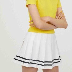 Fin kjol från hm. Sparsamt använd! Fraktar genom postnord! Skickar pristabeller. Endast seriösa köpare! Kan även mötas upp