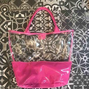 trendig genomskinlig och rosa väska. Svin cool, tyvärr har den inte kommit till användning. 350 kr eller bud, frakt ingår ej i priset