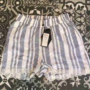 ett par randiga shorts från vero moda, aldrig använda lapp finns kvar. 250 elr bud, frakt ingår ej i priset