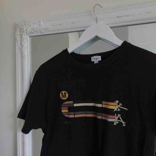 """Vintage """"Magnetic* LA Co"""" T-shirt fr Paul Smith Jeans (designer). Köpt på en second hand i Oslo för drygt 100 kr. Strl M. Köparen står för fraktkostnaden 😊"""