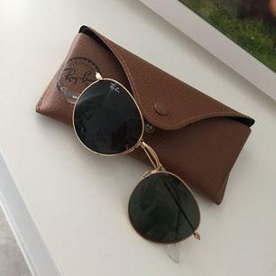 Nästintill oanvända solglasögon från ray ban.  Putsduk och fodral medföljer.    Priser är diskuterbart vid snabb & smidig affär