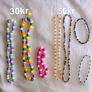 Gör hemma gjorde halsband i alla färger! Glaspärlorna som är mindre kostar 50kr för ett halsband😇 Plastpälorna kostar 30kr för ett halsband!  Vill man ha bokstäver så kostar en bokstav 5kr  9kr frakt!🐝💗