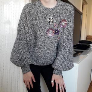 Så snygg stickad tröja med kristaller o blommor på! st.36 som motsvarar S! Nyskick! O fun fact- det går att rotera och snurra runt lite på