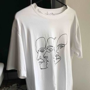 Super skönt vit T-shirt med ansiktsdetaljer! Knappt använd! Som ny!  Passar både S och M!  Köpt för: 700kr Mitt pris: 300kr   #ansikten