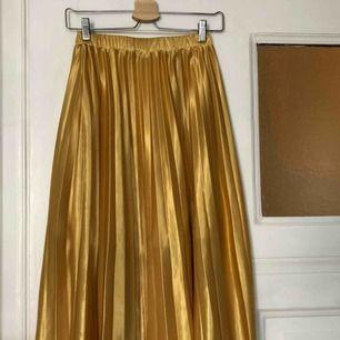 räfflad kjol i 100% silke  Nypris: 1000kr