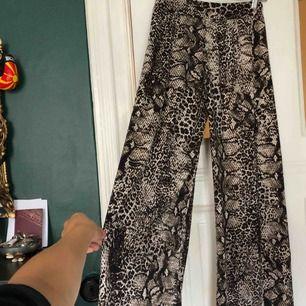 Snygga snakeprint byxor i mycket skönt i stretchigt material! passar s-m