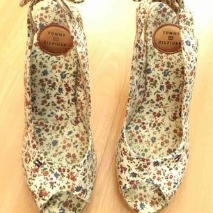 Äkta Tommy H sandaletter som ny,använt 2 gånger .