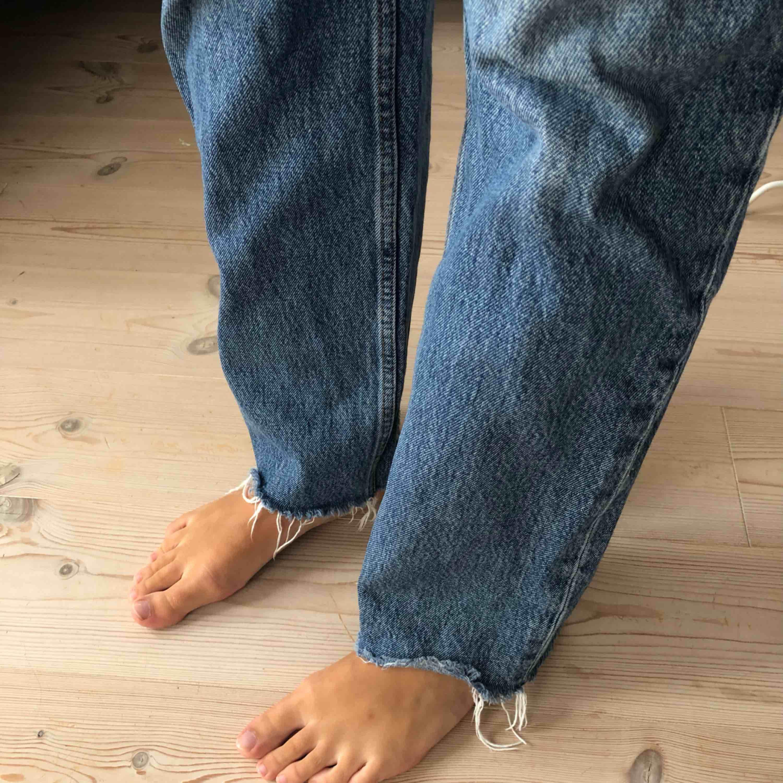 & OTHER STORIES jeans straight. Inköpspris 790kr. Har ett litet hål insida ben som ej syns annars bra skick! Priset är exklusive frakt, köparen står för frakt!. Jeans & Byxor.