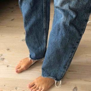 & OTHER STORIES jeans straight. Inköpspris 790kr. Har ett litet hål insida ben som ej syns annars bra skick! Priset är exklusive frakt, köparen står för frakt!