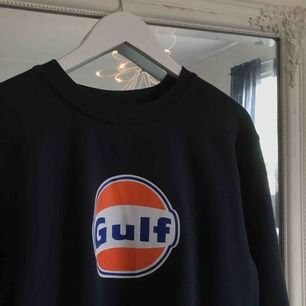 Gulf sweatshirt strl L. Sitter oversized för en med M.  Frakten står köparen för 😊