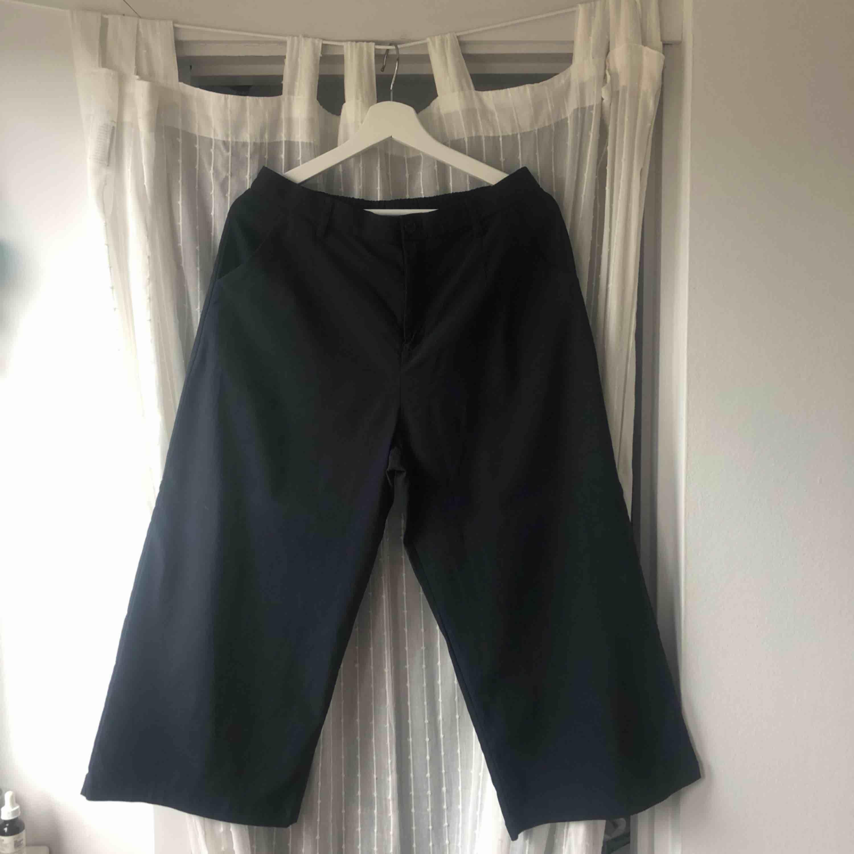 Marinblå capribyxor, storlek M. Använda en gång! 💫. Jeans & Byxor.
