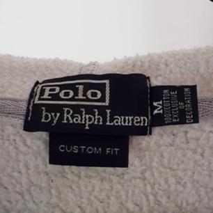 En äkta grå Ralph Lauren hoodie! Kedjan är lite kinkig men annars är den i fint skick ⭐☀️ Kan skicka fler bilder vid intresse