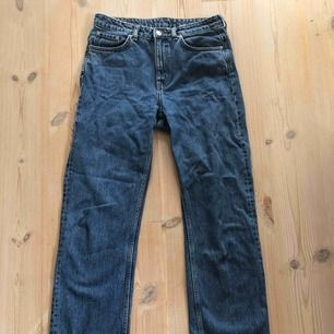 Mörkblå jeans från Weekday storlek W28 L30 Voyage standard med straight fit. Väldigt bra skick! Köparen står för frakt.