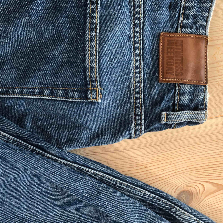Mörkblå jeans från Weekday storlek W28 L30 Voyage standard med straight fit. Väldigt bra skick! Köparen står för frakt. . Jeans & Byxor.