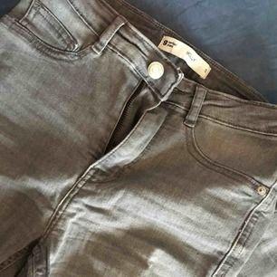 """Hela och gråa stretchiga jeans """"Molly"""" från Gina. Storlek S men jag med större höfter kom i dom! Betalning sker via swish och ev. Frakt står köparen för!"""
