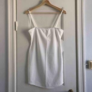 En miniklänning från Missguided. Storlek 38/medium, damstorlek. Skick: 6/10. Levereras nytvättad. Postas endast, 18kr (frakten är inräknad i priset). Mvh Marija
