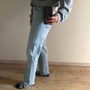 Ljusblå jeans original straight fit från HM i storlek 30. Mycket bra skick utom lite missfärgning vid märket där bak. Köparen står för frakt.