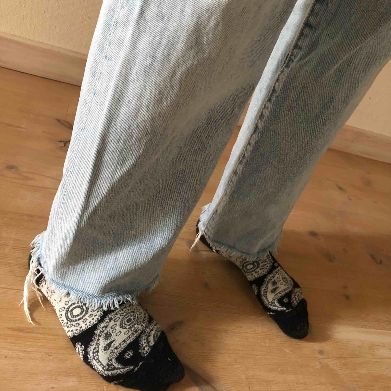 Ljusblå jeans original straight fit från HM i storlek 30. Mycket bra skick utom lite missfärgning vid märket där bak. Köparen står för frakt. . Jeans & Byxor.