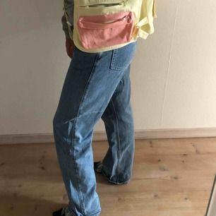 Jeans från Weekday i modellen Row storlek 30/32. Väldigt bra skick använda 3 gånger. Köparen står för frakt!