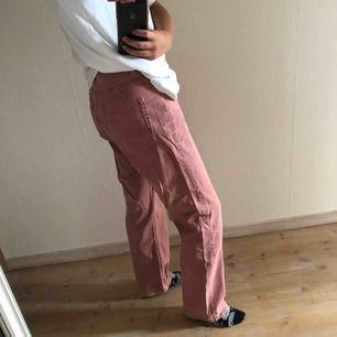Jeans från Weekday i gammaldags rosa washed. Storlek 30/30 Row. Köparen står för frakt!