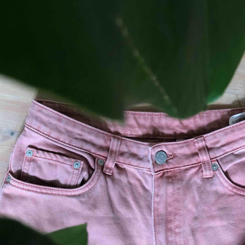 Jeans från Weekday i gammaldags rosa washed. Storlek 30/30 Row. Köparen står för frakt! . Jeans & Byxor.