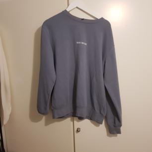Enkel och snygg tröja från HM med insytt tryck. Blågrå färg, passar perfekt på sommarkvällar eller till kyligare dagar.