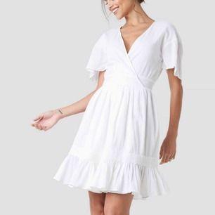 Jättefin klänning från na-kd! Köptes för att ha som studentklänning men hittade en annan. Testad en gång och säljes pga att jag glömde skicka tillbaka den och inte lär få användning av den. Jättefina detaljer och faller så snyggt!