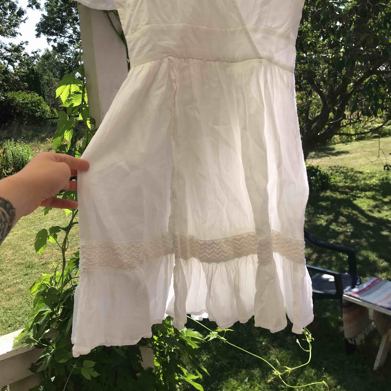 Jättefin klänning från na-kd! Köptes för att ha som studentklänning men hittade en annan. Testad en gång och säljes pga att jag glömde skicka tillbaka den och inte lär få användning av den. Jättefina detaljer och faller så snyggt! . Klänningar.
