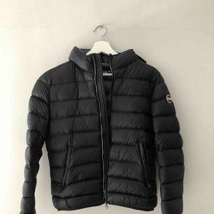 (Pris går att diskutera) En svart colmar jacka dam, köpt för 4999 kr på Nordiska kompaniet förra vintern. Sparsamt använd och inget slitage eller liknande. Italiensk storlek 46 vilket motsvarar 40 i svensk storlek. Passar bra till höst/vinter.