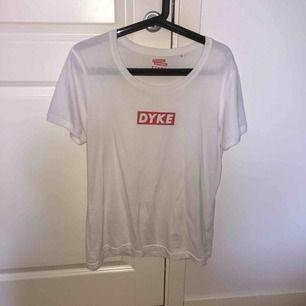 Cool t-shirt inköpt från Faggot Apparel, använd 2 gånger.  Frakten är inräknad i priset. Swish ❤️