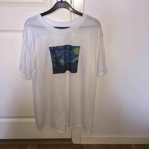 Starry Night T-shirt inköpt här ifrån Plick, tyckte inte om hur den såg ut på mig. Bara provad. Frakten är inräknat i priset. Swish🌟