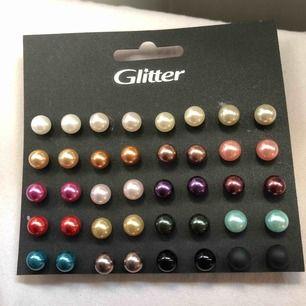 20 olika färger, sjukt snyggt och trendigt! Dessa kan man kombinera samt matcha till olika klädesplagg. Köpt på glitter för 99 kr.