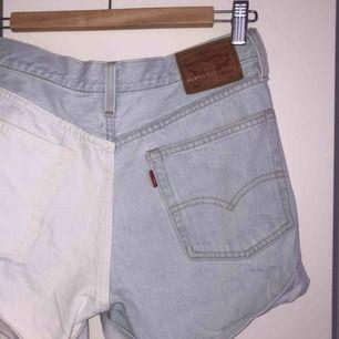 Jätte snygga Levis shorts;) kontakta för fler bilder🤩💕 frakt ingår ej