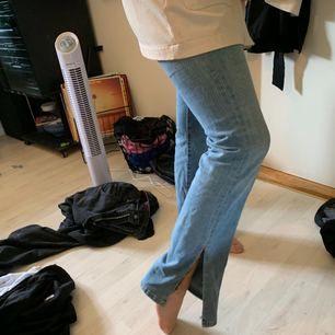 Snygga blåa vida jeans, avklippta längs sömmen. Passar XS-S! Går att fraktas men kan även mötas upp i sthlm!!