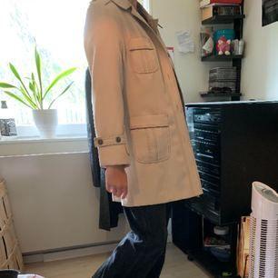 riktigt fet kappa med cool stitching och unika fickor! Passar en XS-M och går att styla med det mesta! Möts helst upp! Köpt på betondretro