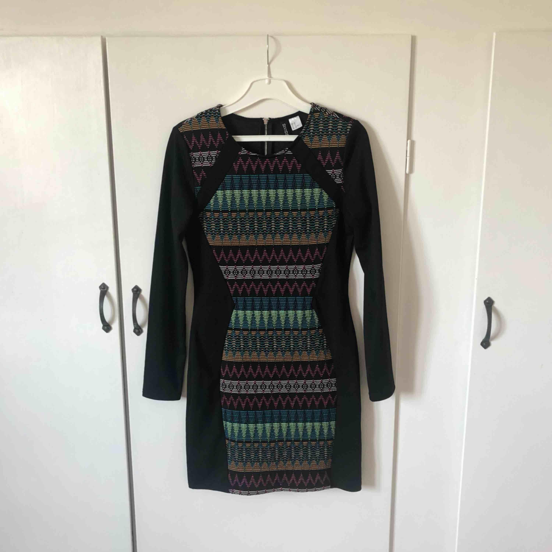 Mönstrad klänning. Köparen står för frakten🌸. Klänningar.