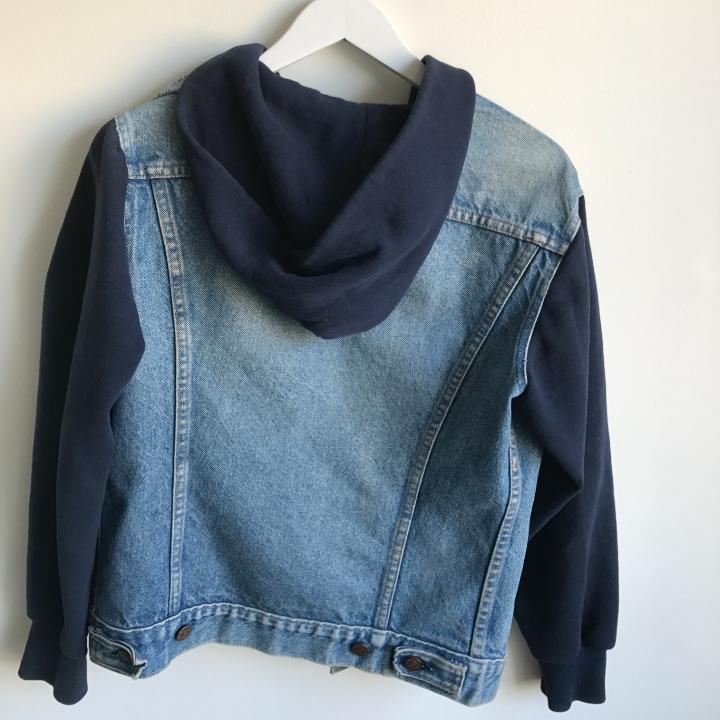 En Levis jeansjacka med hoodie! Köpt second hand, strl 36. Sitter normalt på mig som brukar ha M/38 Så lite