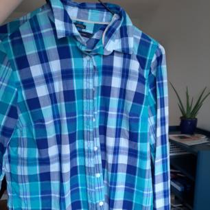 Tommy Hilfiger skjorta. Använd en gång. Står storlek xs men jag skulle säga att det är s eller m. Jag bjuder på frakten.