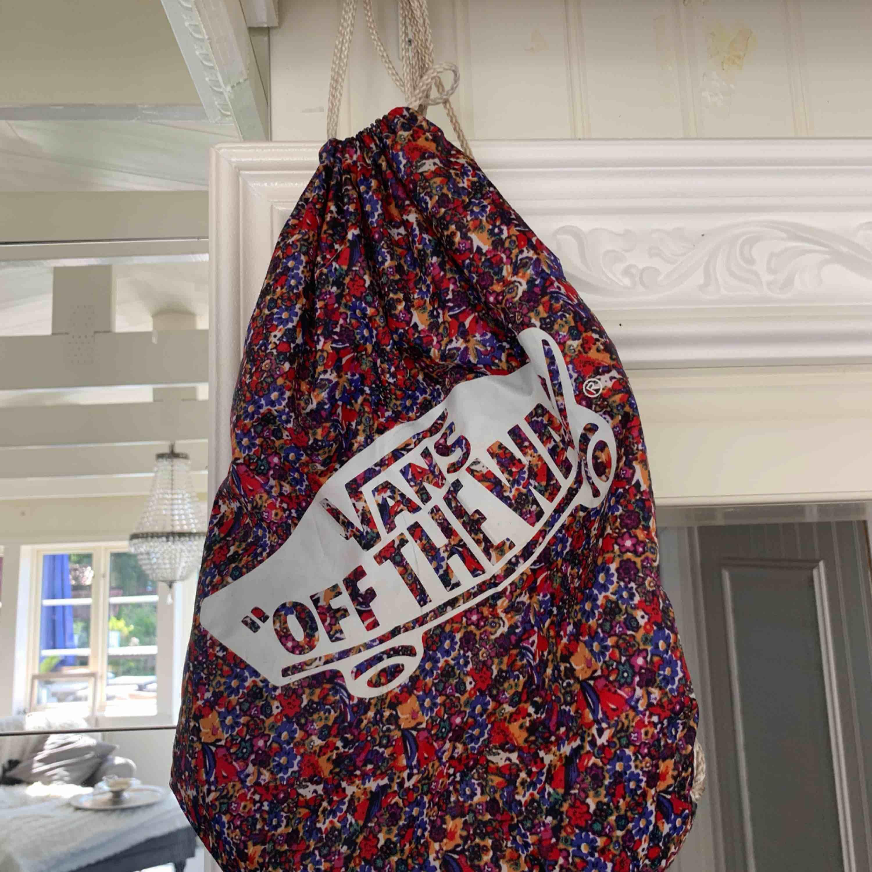 Köpte denna väska för något år sedan men har inte använt den speciellt mycket. Det är en lätt och smart väska! Lätt att frakta. 20kr frakt . Väskor.