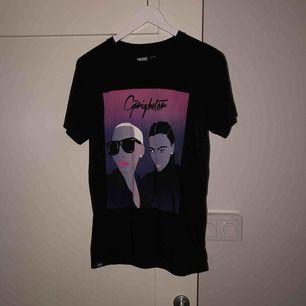 Fint skick! T-shirt med ett tryck! Frakten är 36! Märket är nån t-shirt store i Stockholm i gallerian!