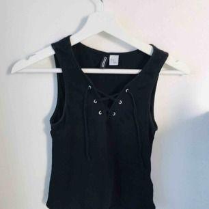 Svart linne från H&M med snörning, köparen står för frakt! 🥰