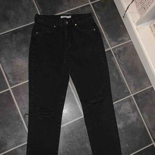 Helt nya svarta NA-KD jeans, endast borttagen tag.
