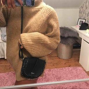 Säljer denna supersöta crossbody-väska! Knappt använd, så nästan som ny:) Justerbar längd, ej äkta läder. Perfekt nu till sensommaren och hösten🥰💞