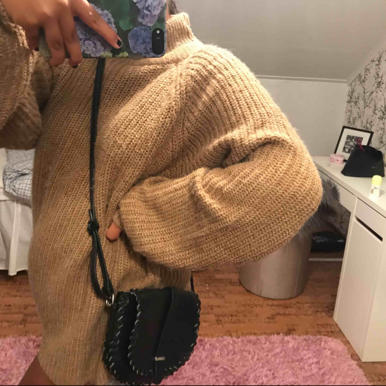 Säljer denna supersöta crossbody-väska! Knappt använd, så nästan som ny:) Justerbar längd, ej äkta läder. Perfekt nu till sensommaren och hösten🥰💞. Väskor.