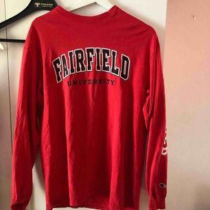 Säljer en röd tröja i strlk L men sitter på mig som har s i vanliga fall lite oversize