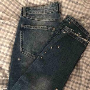 Asballa jeans i lite urtvättad blå färg med stjärnnitar och slitet nertill. Normal midja! Knappt använda💞⭐️