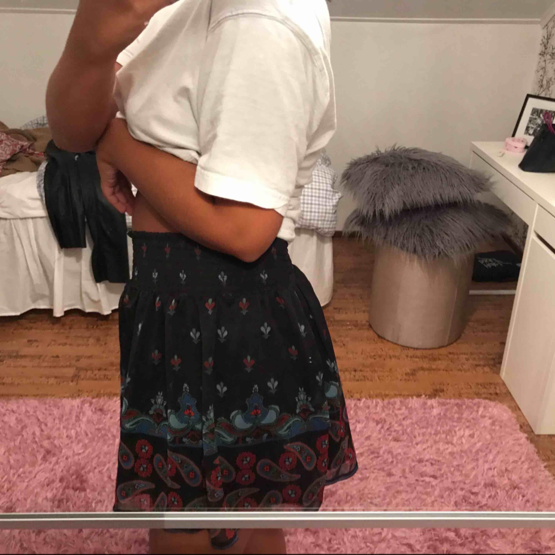 Lite kortare superfin mönstrad kjol med resår i midjan, så passar typ 34-36! . Kjolar.