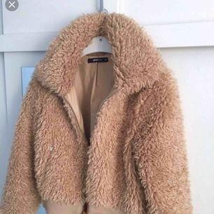 """""""Savanna faux fur jacket"""" i färgen new carmel. Storlek 40, jag är vanligtvis en 34 och gillar att den är lite större. Har inte använt den en enda gång eftersom det var ett spontanköp. Bara testad hemma men drog av prislappen av nån anledning!"""